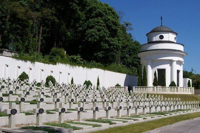 Мемориал орлятам Львова на Лычаковском кладбище